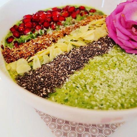 Veganes PowerFrhstck die frhstcksbowl mit spinat granatapfel chiasamen und mandelmilchhellip