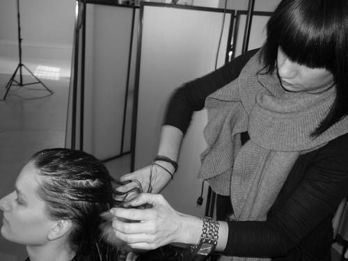 Voluminsing Mousse im ganzen Haar gut verteilen