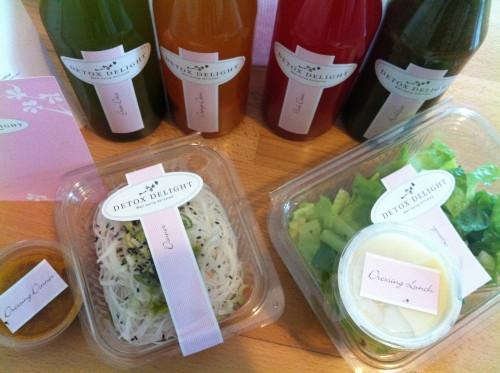 Wildkräuter-Salat mit Ananas und asiatischer Reisnudel-Salat