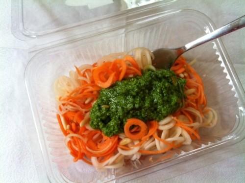 Mein Mittagessen am 5. Tag: Kohlrabi-Karotten-Spirelli an Bärlauch-Pesto