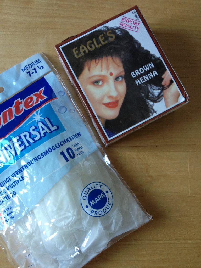 Für meine Haar länge benötigte ich eine ganze Packung Henna. Handschuhe nicht vergessen! Kosten für eine Packung Henna, beim Indier 4.50 Chf!
