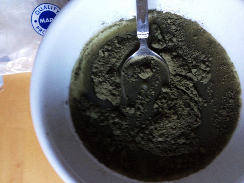 Henna mit wasser zu einem geschmeideigen Brei rühren.