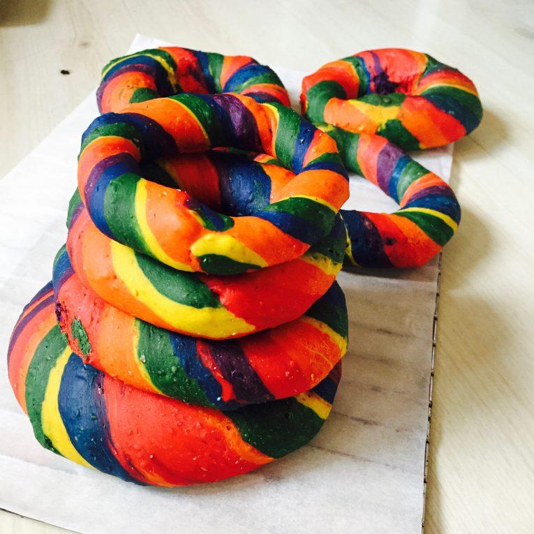 Rainbow Bagel gebacken