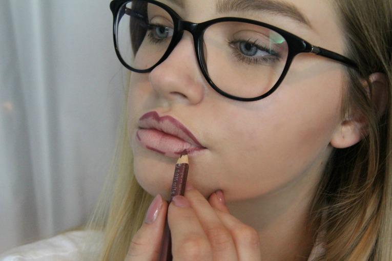 Lippen formen mit Konturenstift_mygloss.ch